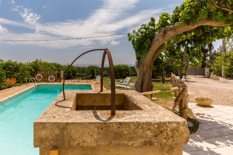Authentic Sicilian Charm with pool, sea view, parking & wi.fi, location de vacances à Syracuse