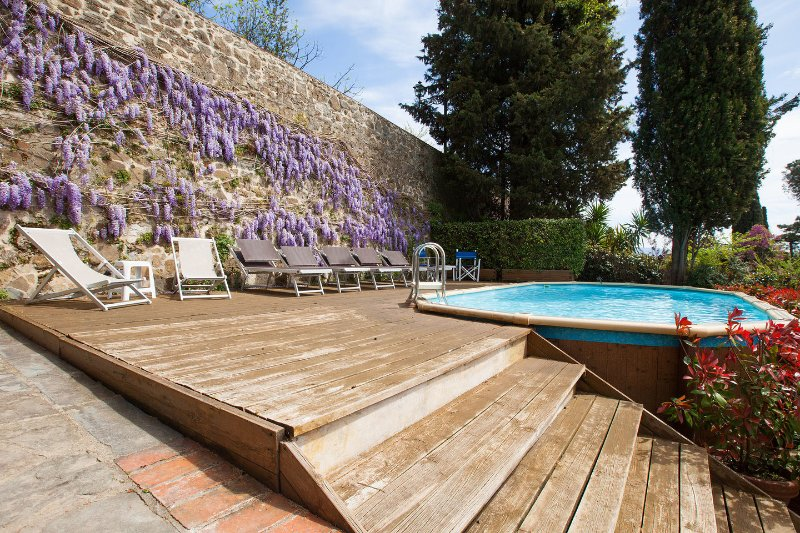 Villa Acacia in Florence, views, pool, no car needed, certified disinfection, holiday rental in Trespiano