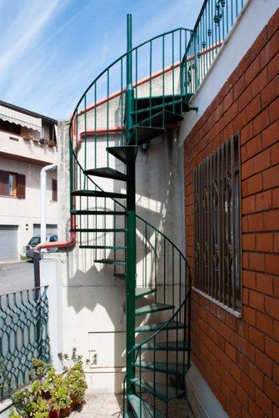 Treppe führt zu 'Wohnung 2. Stock