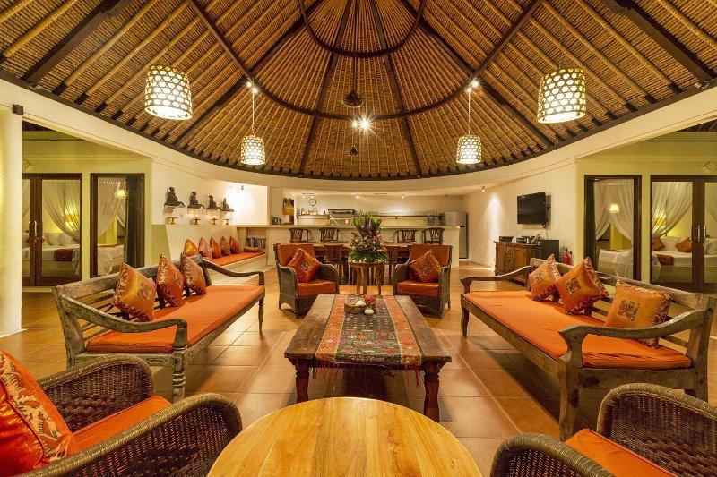Grand salon donnant sur la piscine sous un même toit immense idéalement conçu pour les tropiques.