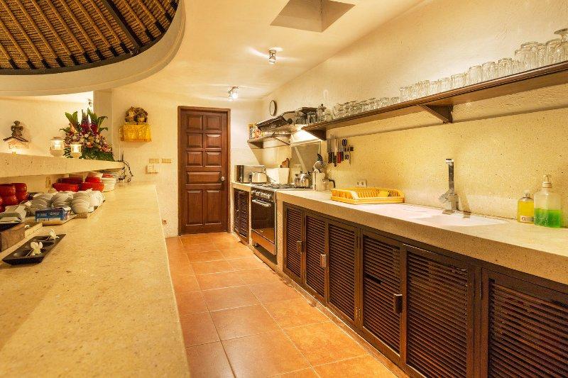 Cuisine avec grand four et un réfrigérateur. Prêt à faire le dîner ou une fête!
