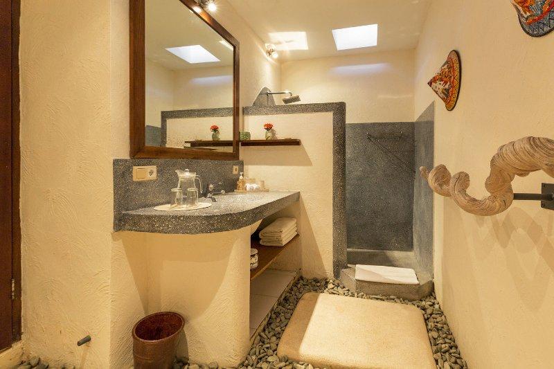 2ème salle de bains avec douche et WC.