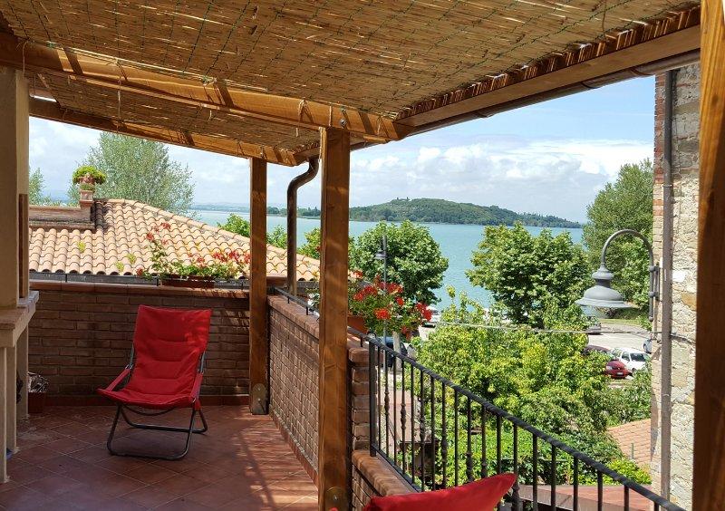 Appartamento Il Giacchio 2 con terrazza vista lago, holiday rental in San Feliciano