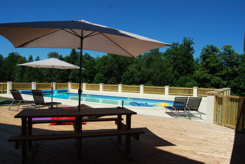 Farmhouse Accommodation with Private Pool, casa vacanza a Saint-Saud-Lacoussiere