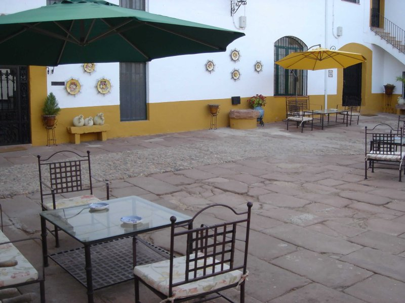 Vista parcial del patio central del cortijo con la entrada al fondo de la Casa Rural 'El Molino'