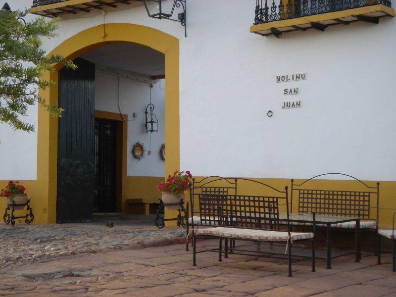 Vista parcial de fachada principal de Cortijo donde se ubica la Casa Rural 'El Molino'