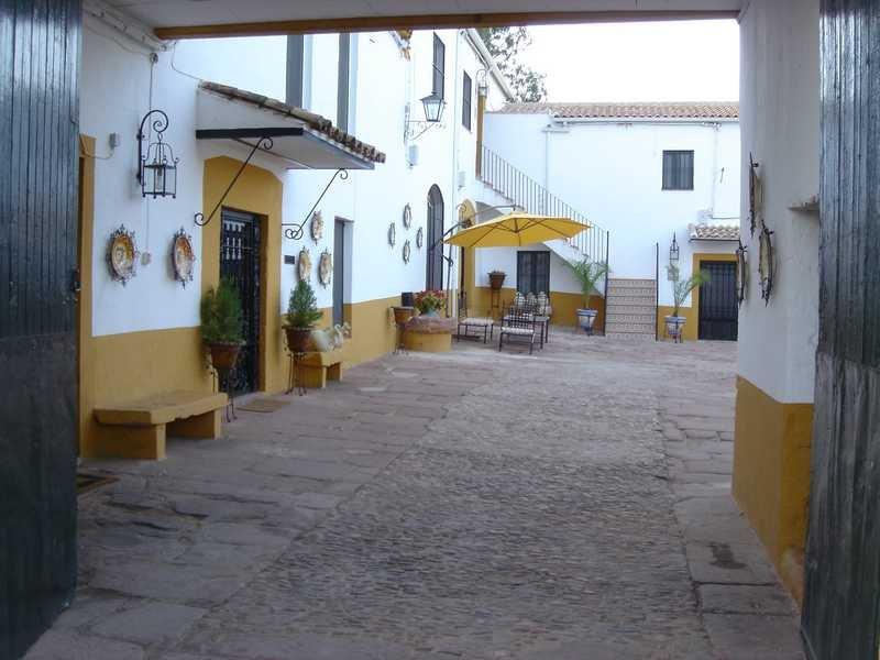 Acceso al patio central del cortijo donde se ubica al fondo a la izquierda la Casa Rural 'El Molino'