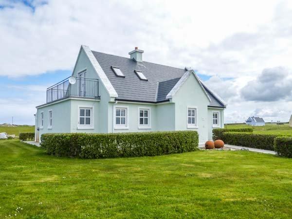 HOLIDAY COTTAGE, detached, en-suite bedrooms, lawned garden, WiFi, Belmullet, holiday rental in Bangor Erris