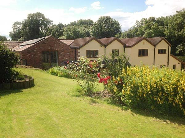 SKEI'S PLACE, ground floor, WiFi, enclosed garden, very dog-friendly, Alfreton, holiday rental in Holbrook