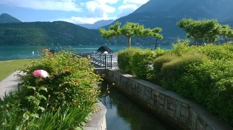 Studio, les pieds dans l'eau au bord du lac d'Annecy!