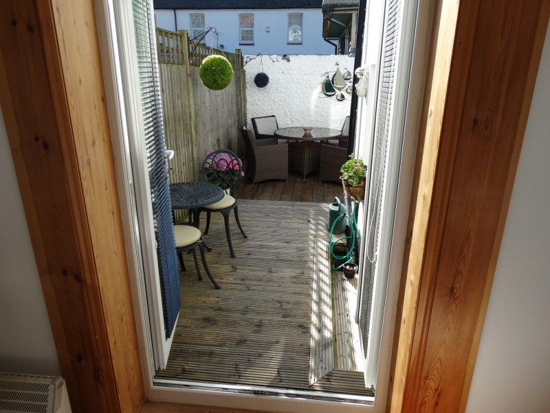 Las puertas del patio se abren hacia el jardín trasero