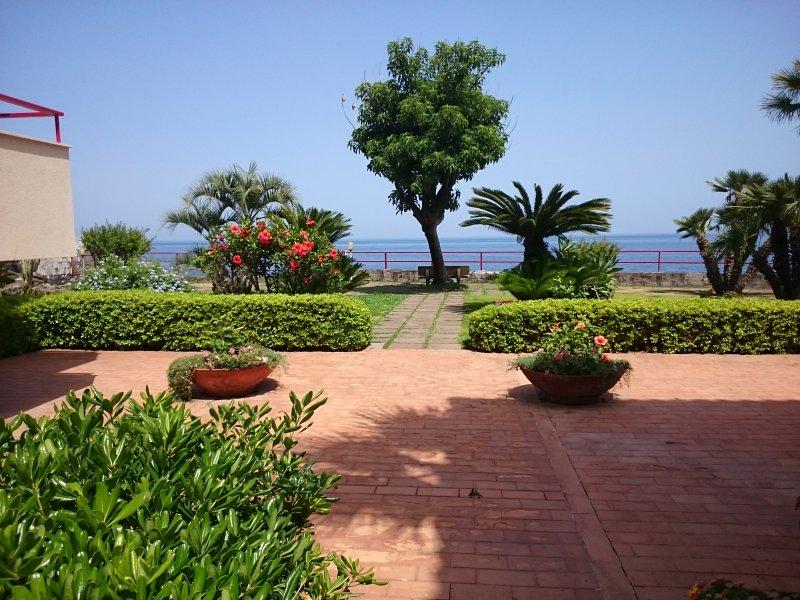 condominium with garden and access to the sea