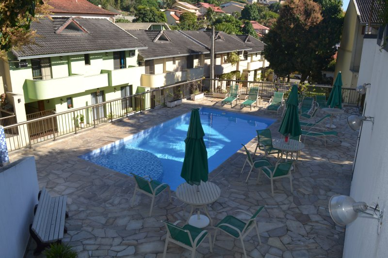 Casa 4 Suites+carro ao Lado Pq.Olimpico Confira!, aluguéis de temporada em Nova Iguaçu