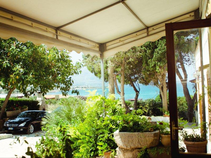veranda sul mare e vista della pinetina e macchia mediterranea