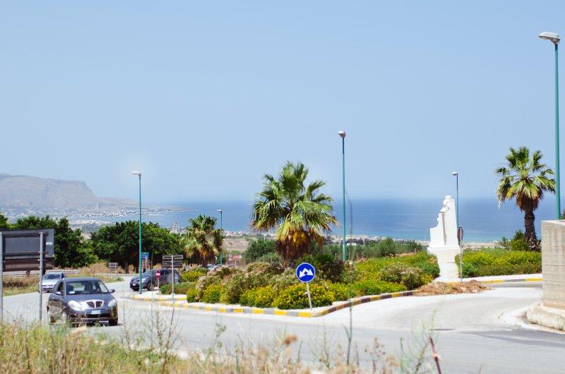 Calle de empalme y el lugar de acceso a la casa, con vistas al mar y al monte Erice, el Golfo de Bonagia.