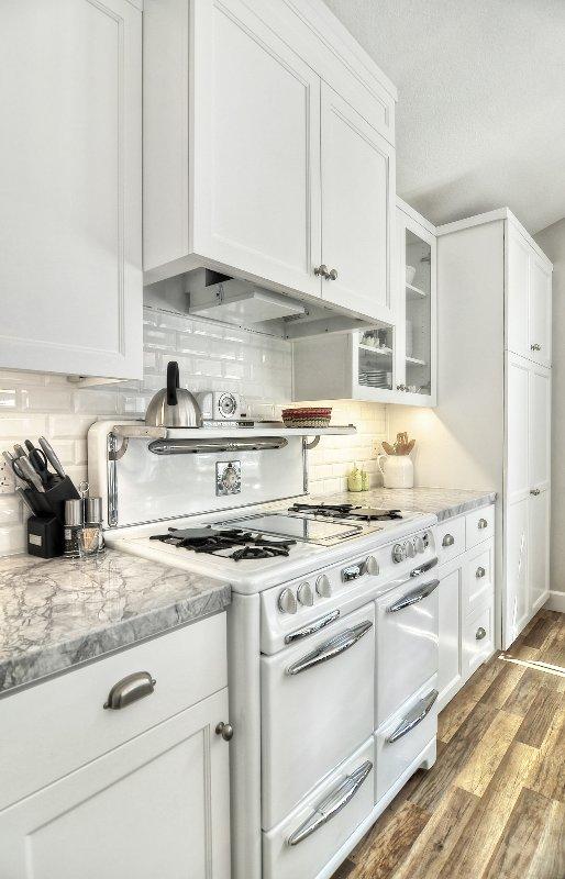 La cuisine est joliment rénové, avec un poêle antique restauré.