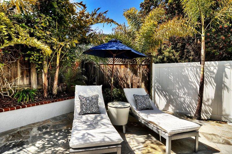 chaises longues vous attendent sur la terrasse!