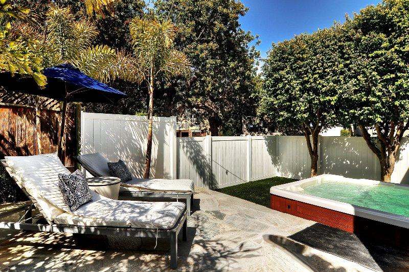 Dormir au soleil, ou faire tremper dans le bain à remous. Prenez-le facile sur vos vacances!