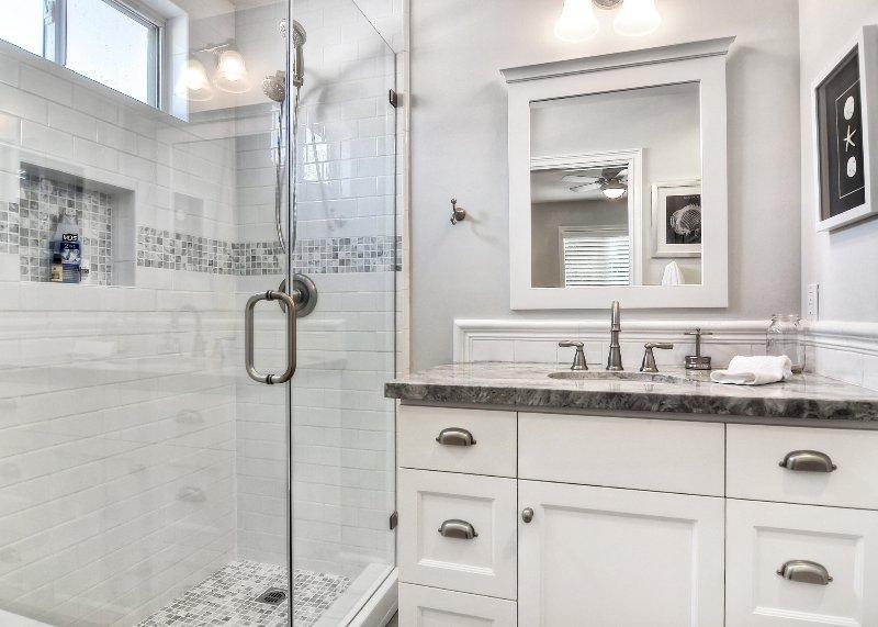 Salle de bain principale avec douche spacieuse.