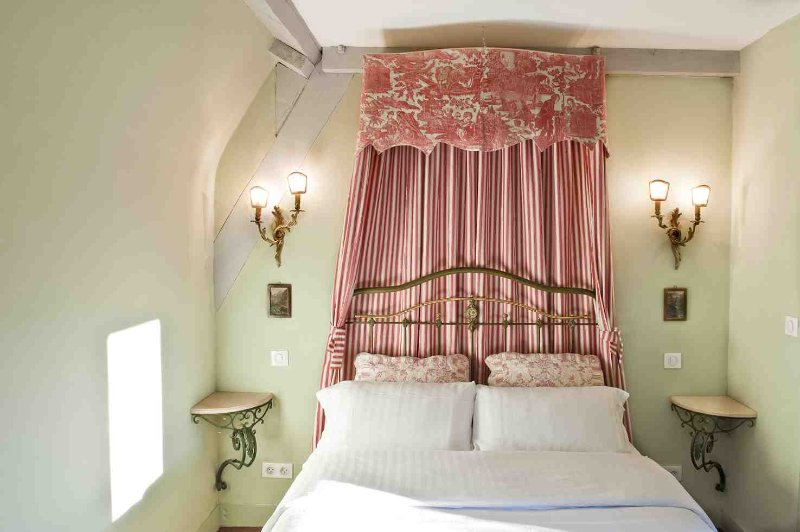 Caladrius has a cosy double bed with an antique toile de Jouy canopy.