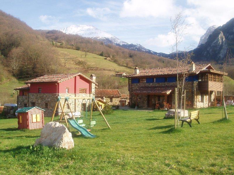 Bueida Valley Cottages. Giardino con parco giochi, barbecue, gli obiettivi per i bambini