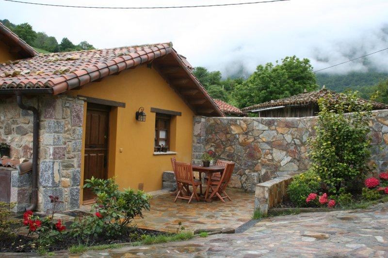 Fachada casa con jacuzzi para dos ó cuatro personas