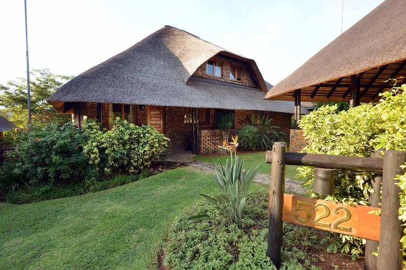 Thatched house  8 miles from Kruger National Park, vacation rental in Hazyview