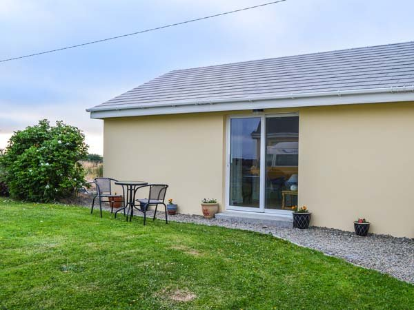 THE GETAWAY, all ground floor, lawned garden, close to amenities, Miltown, casa vacanza a Lahinch