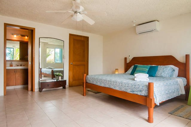 Main bedroom with kingsize and oceanview.