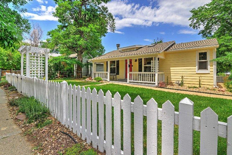 La cerca blanca añade un toque encantador al exterior.