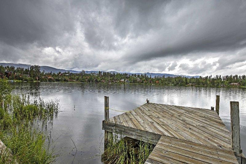 De woning is gelegen op het prachtige Columbine Lake waterkant.