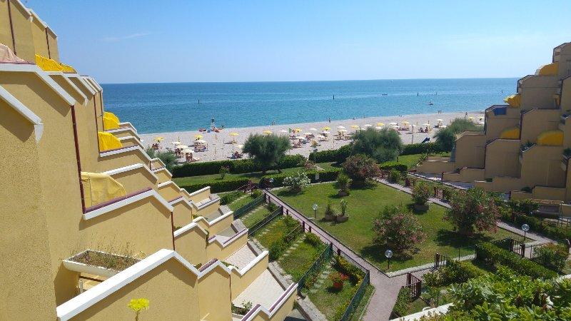 Direttamente sulla spiaggia Residence Le Piramidi, vacation rental in Scapezzano