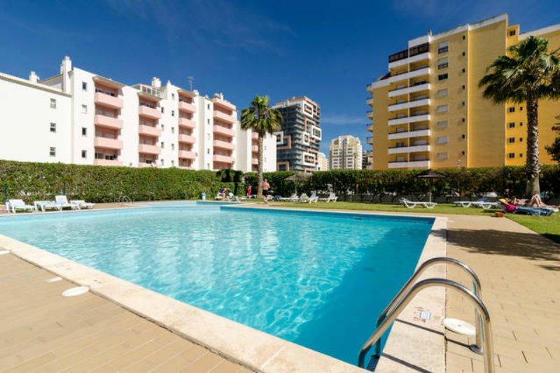 1 Bedroom Duplex with pool, WIFI and 700m to beach, vacation rental in Praia da Rocha