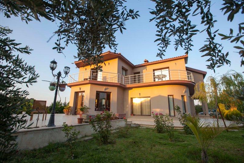 Hera Villa é coberto com o grande Jardim, Oliveiras, bananas, laranja, figo e muitos mais ...