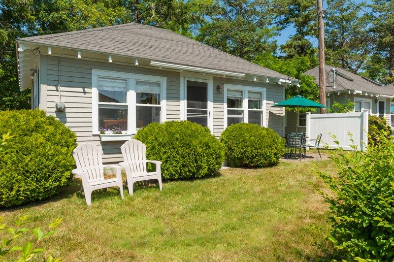 Façade de la maison avec des chaises Adirondack