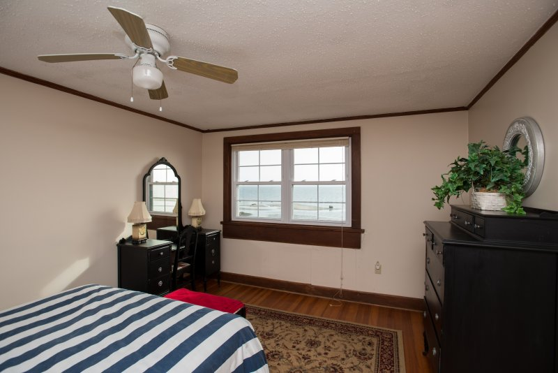 Queen bed room with views and large closet