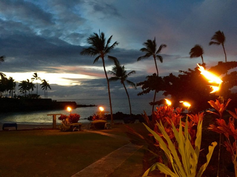 Crépuscule au privé Owners Club à Mauna Lani Resort sur la côte Kohala fabuleux.
