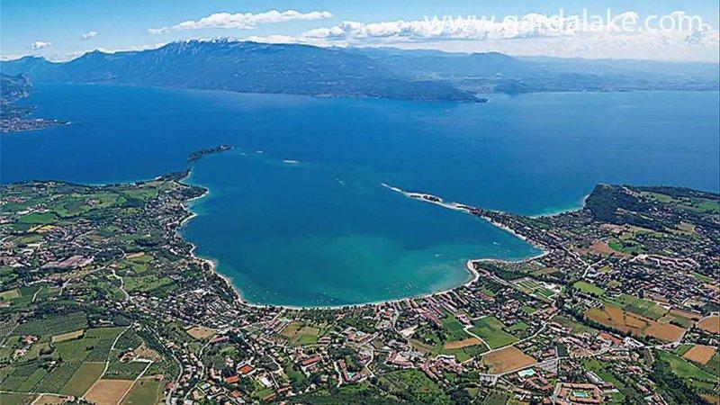 Golfo de Manerba con la isla de Isola S.Biagio Borghese.