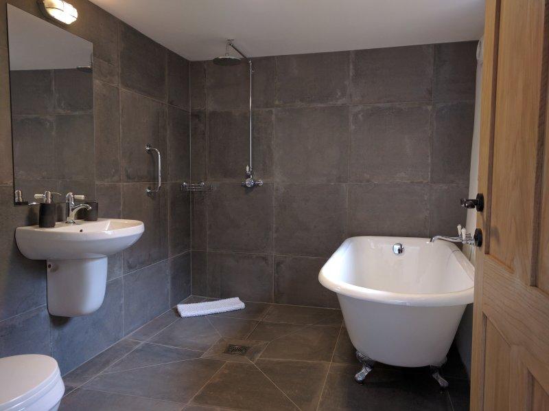 Level-access wet room