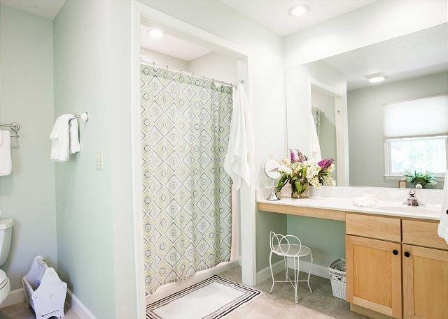 Cuarto de baño con ducha de fácil acceso