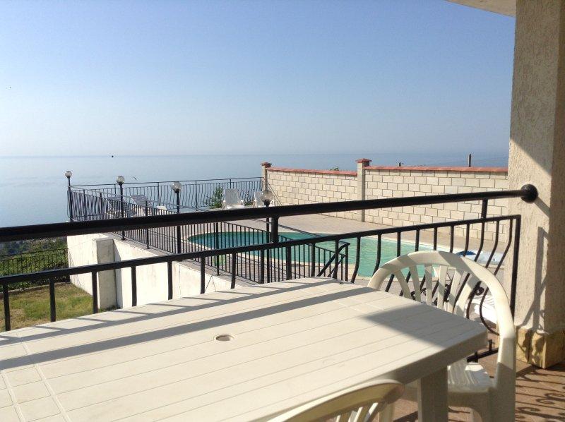 Tisch und Stühle auf der Terrasse
