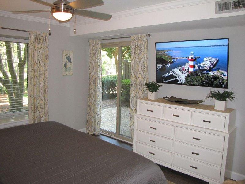 """50 """"Smart TV Samsung dans la chambre principale."""