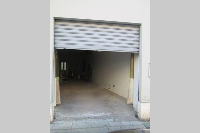 Garage à côté du bâtiment!