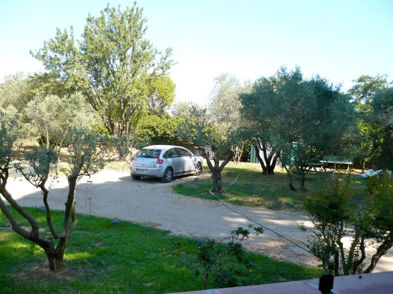 localização de um veículo, a propriedade é delimitada por um portão com um código