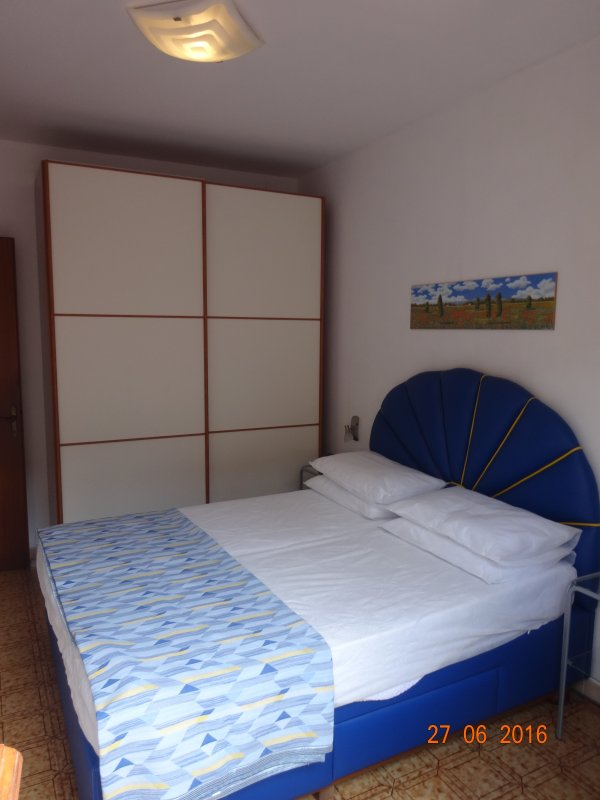 Double room with sliding glass cabinet and bedside tables