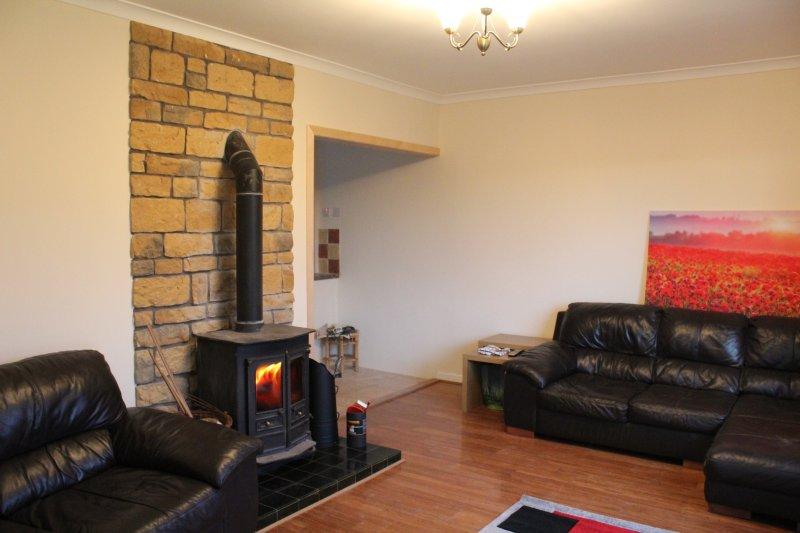 Gezellige woonkamer met houtkachel
