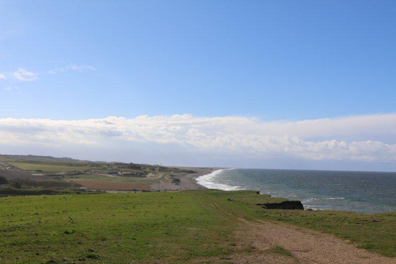 Le ciel bleu sur la falaise à pied de Sheringham à Weybourne