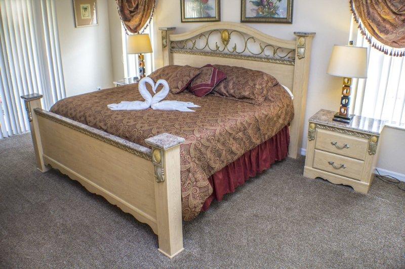 """La chambre principale, avec lit king size, balcon privé, salle de bains et 32 """"TV à écran plat."""