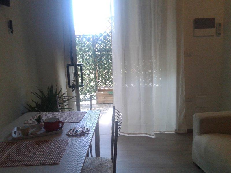 angolo cottura con tavol con verandina esterna