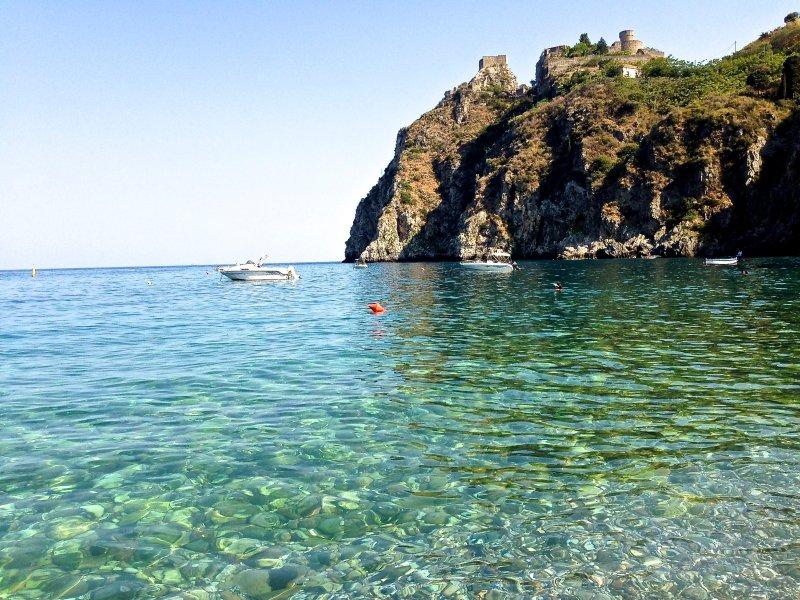 Seaside Apartment near Taormina, alquiler vacacional en Forza d'Agro